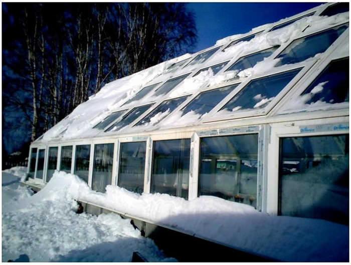 Каркас парника на основе современных и прочных ПВХ-материалов не нуждается в покраске и прекрасно выдерживает снеговые нагрузки, а также любые температурные перепады