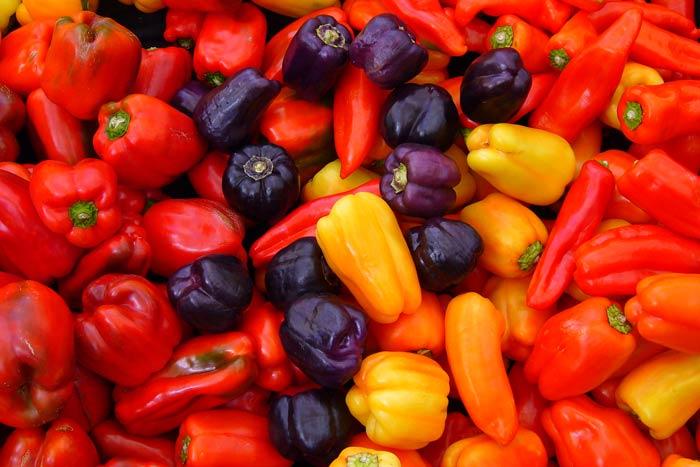 Биологически спелые перцы отличаются расцветкой. Она может быть:  оранжевой, красной, желтоватой, коричневой, лиловой