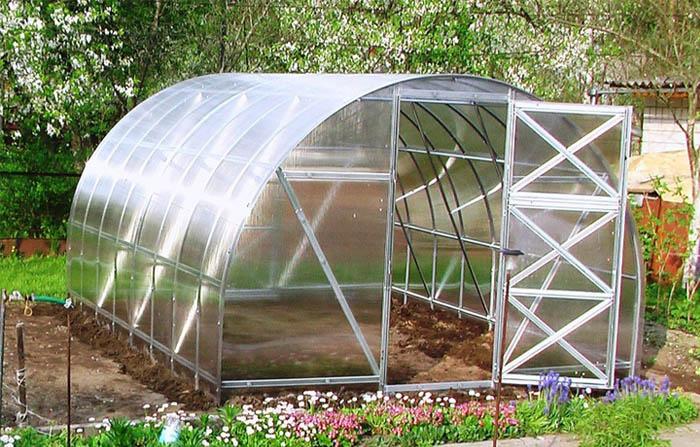 В теплице модели 2дум предусмотрено все для удобства и правильного выращивания растений: надежная система крепления, форточки для эффективной вентиляции и качественный материал внешнего покрытия
