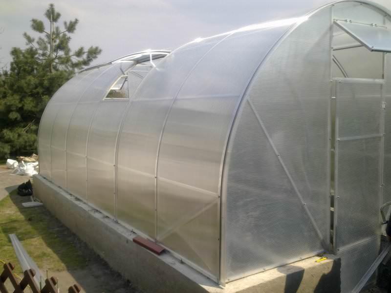 Если каркас теплицы сделан из алюминиевых труб, то вполне возможно и поликарбонатное покрытие, и применение стеклопакетов