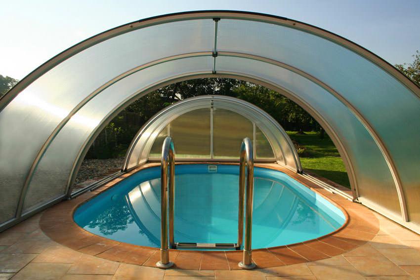 Современный бассейн в поликарбонатной теплице вполне можно обустроить своими руками
