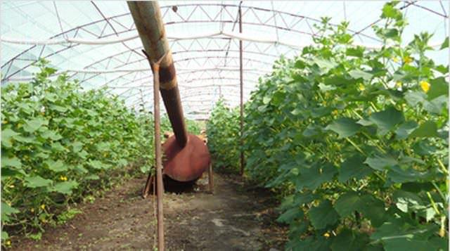 Для предотвращения деформации его конструкции дымоход ставится с уклоном вверх (1,5 см/метр длины) на подпорки из стальных уголков, втыкаемых в грунт теплицы