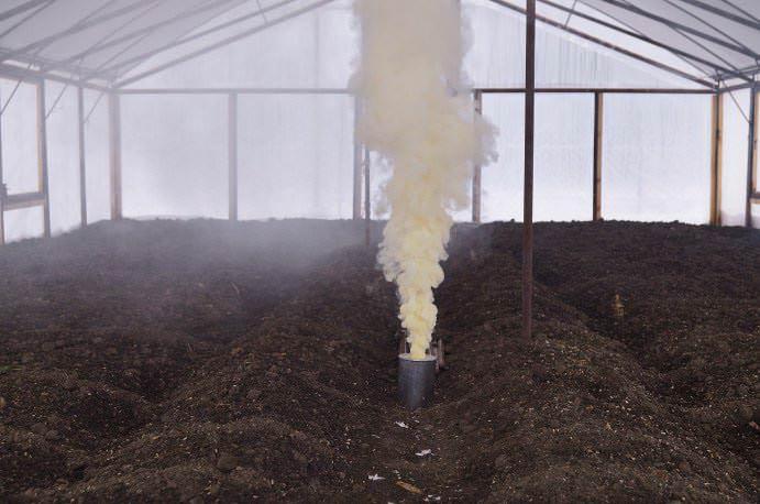Вещество, образующееся в процессе горения, может оказывать разрушающее воздействие на металлические части тепличной конструкции