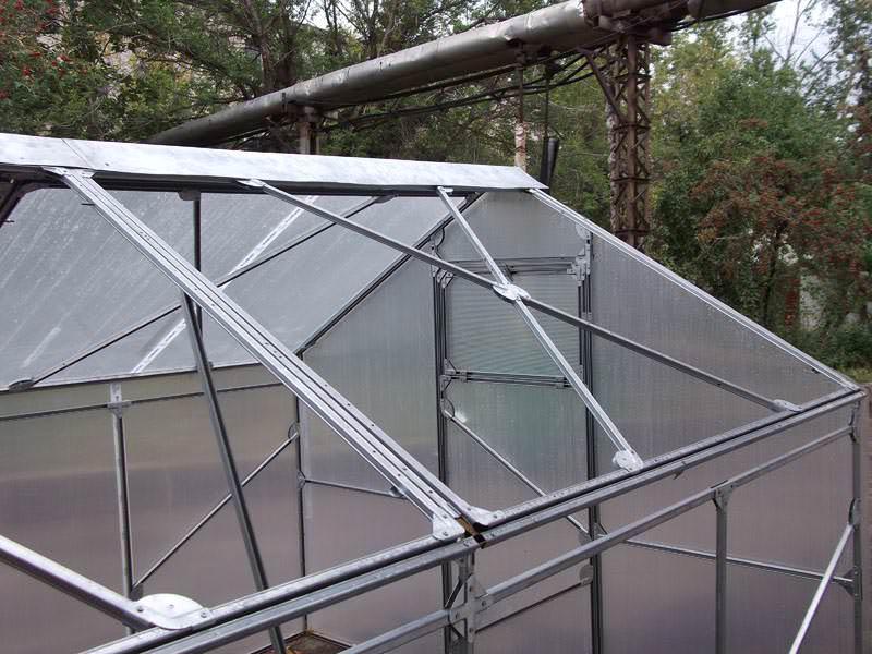 Теплица «Слава люкс» оснащена двускатной открывающейся крышей