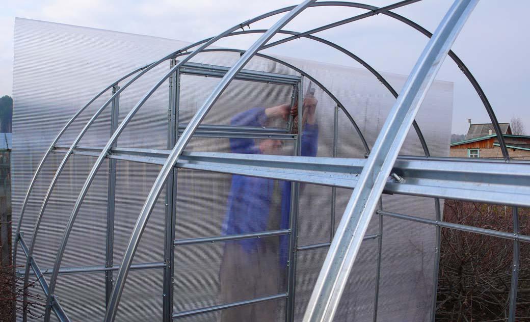 Крепить алюминиевые дуги удобно на гайки и болты. Поставить такой парник можно как на грунт, так и на подготовленный фундамент