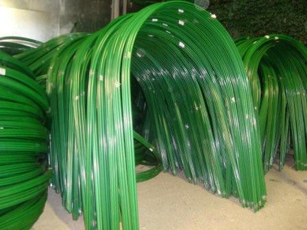 Сделать парник из пластиковых дуг проще всего. Пропиленовый или толстостенный шланг есть практически в любом хозяйстве