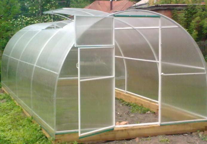 Толщина внешних листов пластика теплицы должна составлять 1,5 см