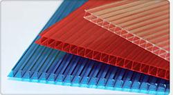 Листы поликарбоната – это пустотелые конструкции, которые выполняются из двух или более прозрачных плоскостей