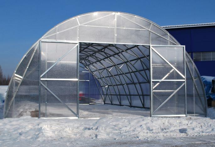 Конструкция «изогнутая арка» не позволяет снегу удерживаться на крыше, он свободно скатывается