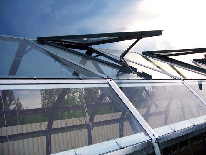 Оригинальное исполнение характерно для дверей, внутренних перегородок и облегчённых форточек теплиц от GLASS HOUSE