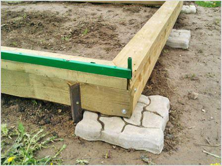 Фундамент под теплицу – вещь не обязательная, но если он есть, пользоваться строением будет намного удобнее
