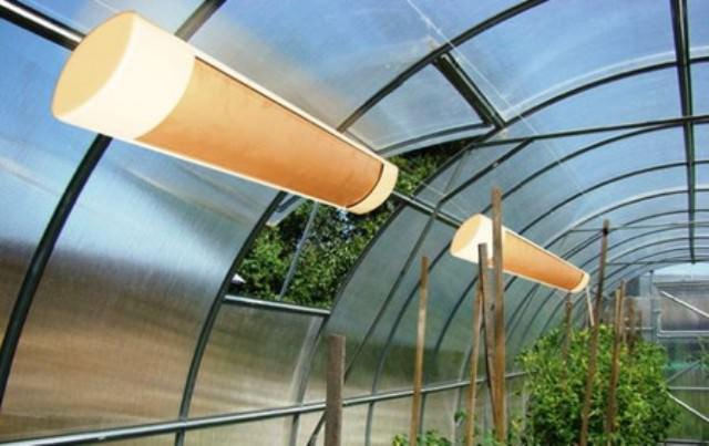 Чтобы поддерживать необходимую температуру в теплице выпускаются терморегуляторы и системы автоматического управления климатом