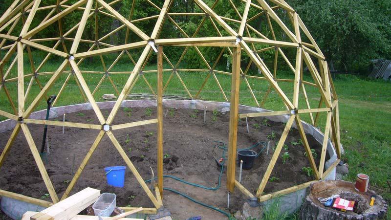 Перед тем как сделать каркас из дерева, следует продумать систему удаления воды, при застое которой срок службы каркаса станет минимальным