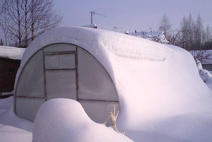 Арочные теплицы из поликарбоната рассчитаны на большие нагрузки и легко выдерживают сильный ветер и снегопад