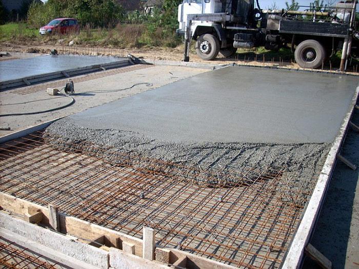 На территориях, подверженных значительным снеговым и ветровым нагрузкам, целесообразно выполнить бетонное фундаментное основание