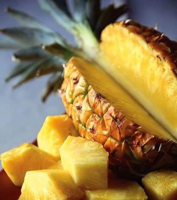 Правильно выбрать спелый ананас поможет дополнительное изучение кожуры плода