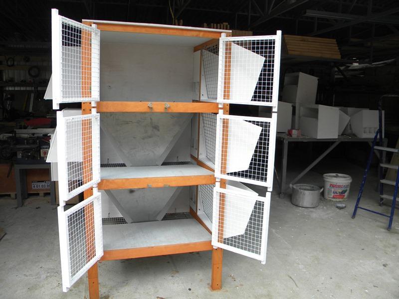 Рекомендуется использовать деревянный каркас, а сетку применить для дверей, сбоку и на фасаде