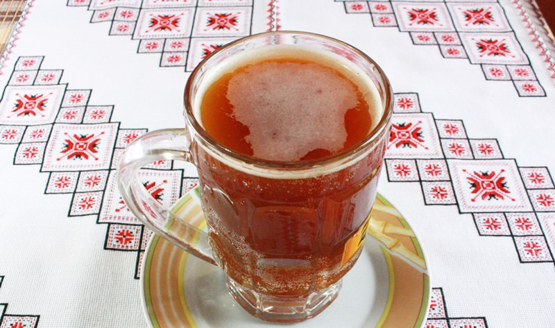 Напиток, приготовленный в домашних условиях, положительно действует на работу кишечника, способствует выведению из организма человека шлаков, улучшает пищеварение