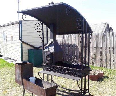 Для того чтобы дождь не испортил пикник с приготовлением шашлыков, об этом нужно позаботиться заранее и соорудить мангал с крышей