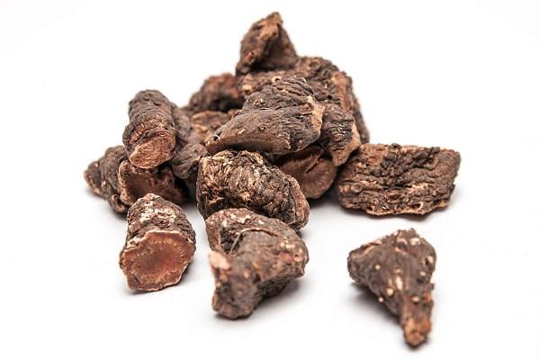 Корни бадана обладают многими полезными качествами, включая противовоспалительные, вяжущие, антибактериальные и диуретические свойства