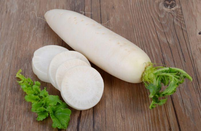 Дайкон или японская редька – корнеплод длиной до 60 см, весом около полкилограмма