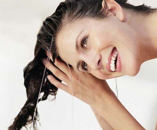 Настойкой либо отваром шишек хмеля можно мыть голову для укрепления волос при обнаружении первых признаков облысения