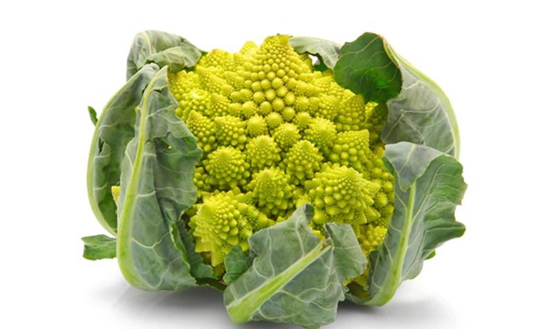 Это овощ бледно-зеленого цвета, причем наружные листья - более темные, а внутренние - светлые с желтым оттенком