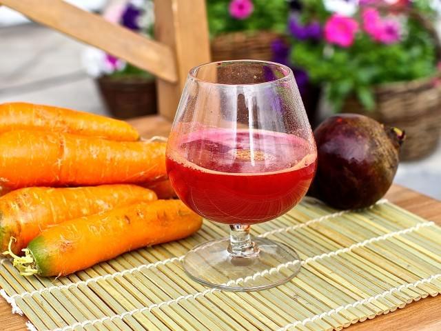 Для очищения и насыщения организма витаминами и минералами, употребляют свекольно-морковный напиток