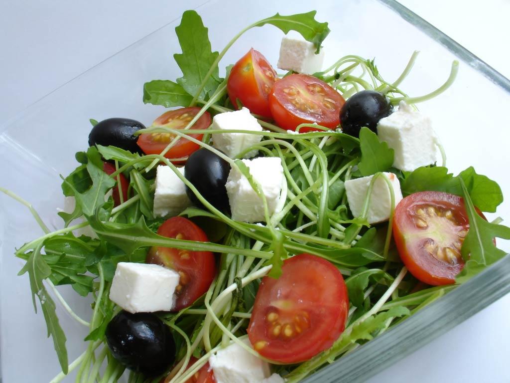 Руккола, выращивание которой не представляет проблем, применяется для создания пиццы, пирогов, соусов, салатов и теста