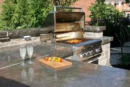 Сделать дизайн сада более оригинальным поможет использование столешниц из натуральных материалов