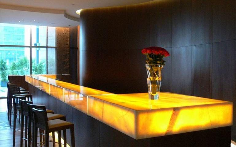 Для загородного дома отличным вариантом станут столы, для изготовления которых применяется оникс