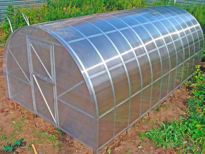 Арочные тепличные конструкции можно устанавливать без фундаментного основания