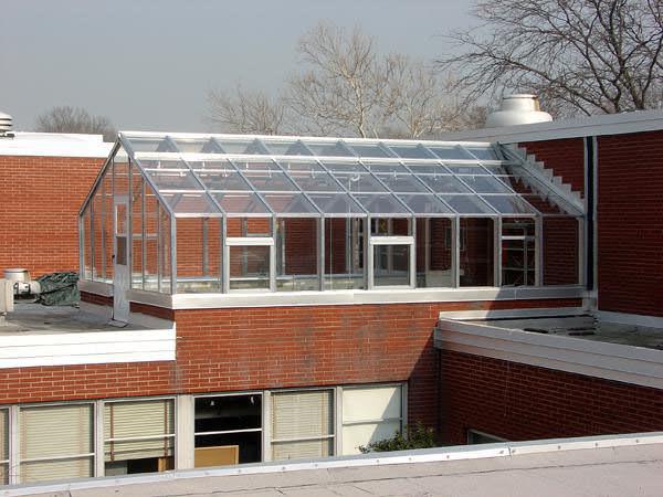 При возведении строения на крыше дома часто используют поликарбонат. Но если вы решили возвести целое хозяйство для выращивания культур, лучше использовать стекло