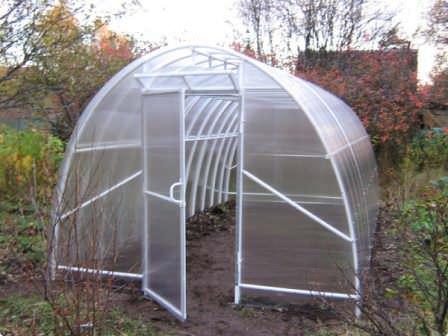 Строение из пвх труб можно использовать как круглогодично, так и сезонно. Сооружение герметично, а значит, растениям в нем будет тепло. В сочетании с листами поликарбоната результат получается просто потрясающим