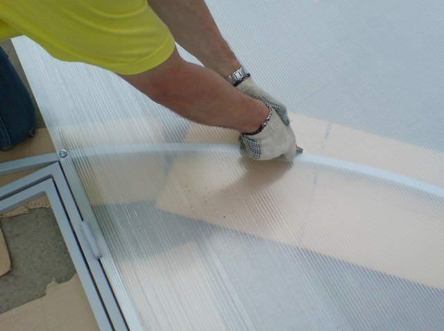 Перед сборкой строения листами поликарбоната с размерами 2,1х2,0 метра закрываются торцы. Для этого из материала вырезают 3 листа при помощи строительного ножа
