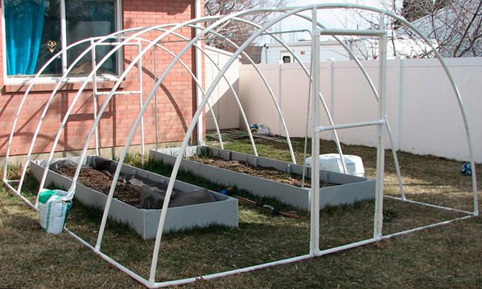 Лёгкая тепличная конструкция не нуждается в исполнении дополнительного фундаментного основания