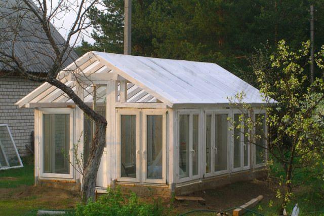 Если соорудить теплицу из металлопластиковых или алюминиевых оконных конструкций, ее смело можно будет использовать и в зимнее время, так как современные технологии в этой области очень развиты и окна данного типа не пропускают холод и влагу