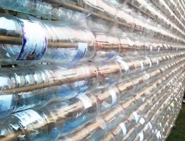 Сверхпрочный полимерный материал, из которого делаются бутылки, применяемый в качестве укрытия теплицы, способствует повышению температуры воздуха в данном помещении примерно на 10о С