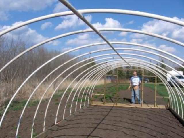 Возможен также вариант конструкции каркаса с тройниками, вваренными в вершины его дуг, которые соединяются между собой отрезками труб длиной в полметра
