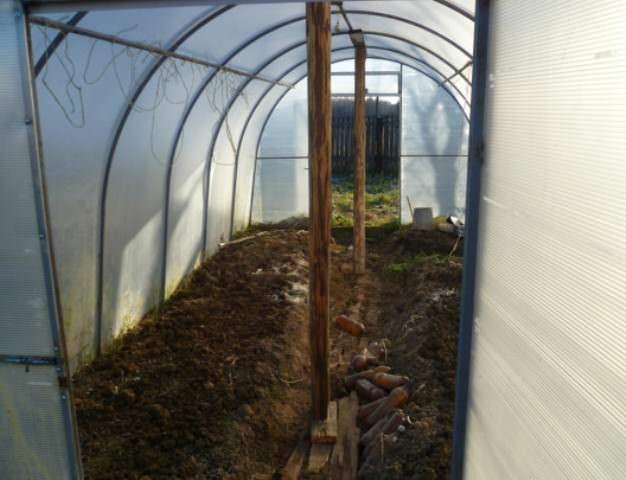 После того как урожай уже собран, а банки с соленьями закатаны, приходит время позаботиться о подготовке почвы осенью