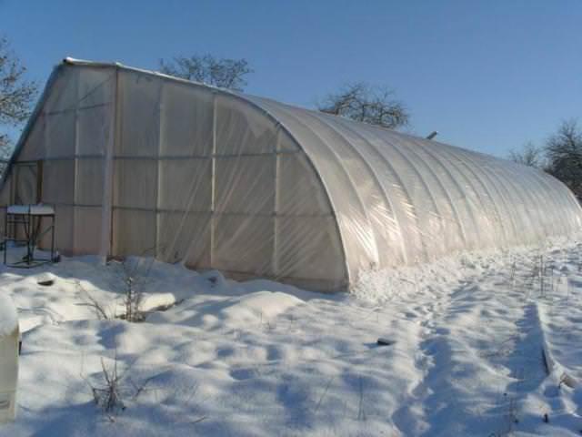 Осенью рекомендовано произвести укрепление каркаса парника. Это нужно для того, чтобы конструкцию не повредил скопившийся на крыше снег