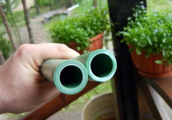 Труба под поликарбонат различается по диаметру, длине и толщине стенок