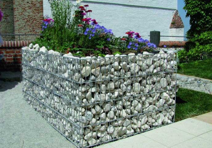 Обустроить грядки можно с использованием камня в любом удобном месте участка
