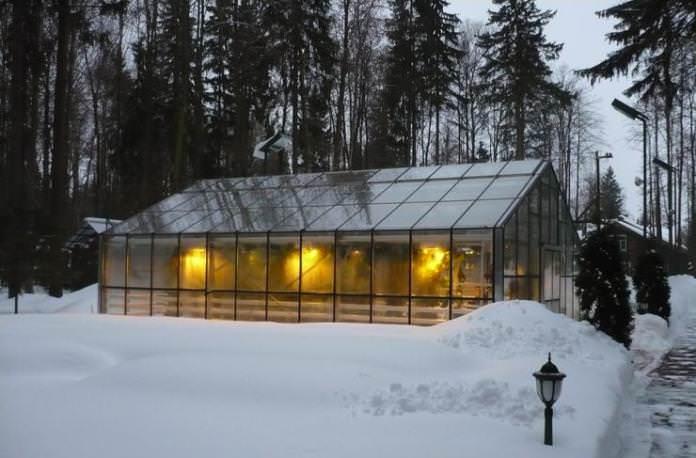 Конструкционная особенность северных теплиц заключается в том, что стены тепличной конструкции и кровля должны быть двойными, с созданием герметичного или практически герметичного пространства