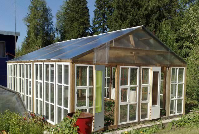 Конструкция из деревянных оконных рам – один из дешевых вариантов