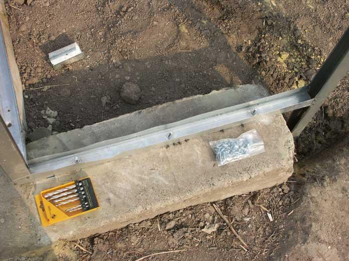 Бетонный вариант фундамента зависит от габаритов тепличного сооружения и может быть незаглубленным или малозаглубленным
