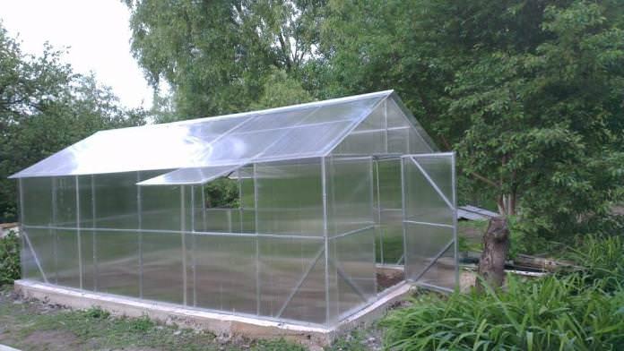 Особым вниманием пользуется такая усиленная тепличнная конструкция как «Фермер ЗМ-полимер»