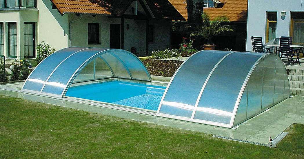 В зависимости от параметров высоты конструкция может быть низкой, обладающей высотой не более пятидесяти сантиметров и высокой, которая прикрывает только чашу водоёма или позволяет обустроить кроме бассейна внутреннюю территорию