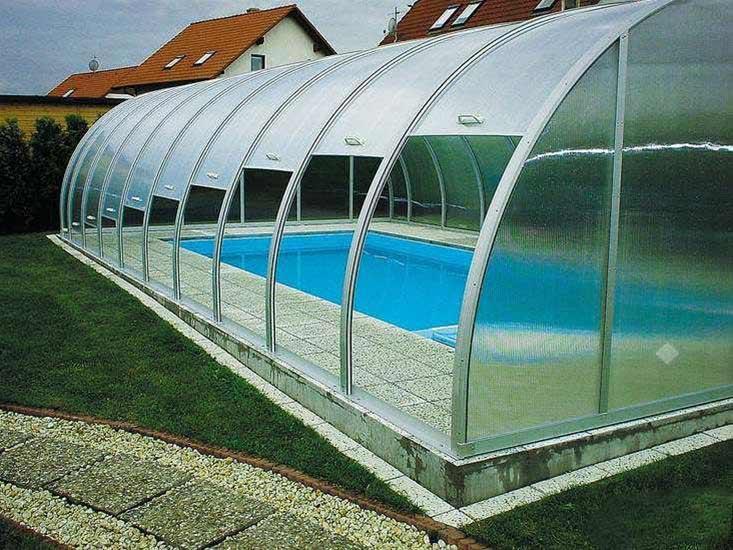 Создать очень красивое, максимально надёжное и оптимально функциональное укрытие из поликарбоната над плавательным бассейном вполне возможно своими руками