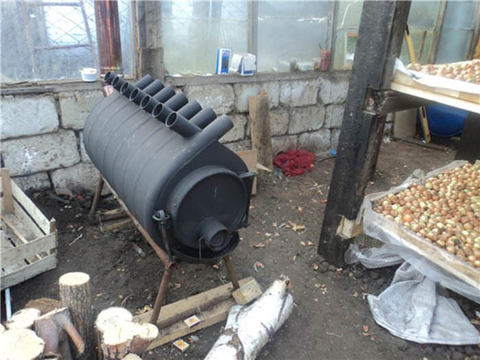 Чтобы отопить теплицу целесообразно использовать металлическую печь
